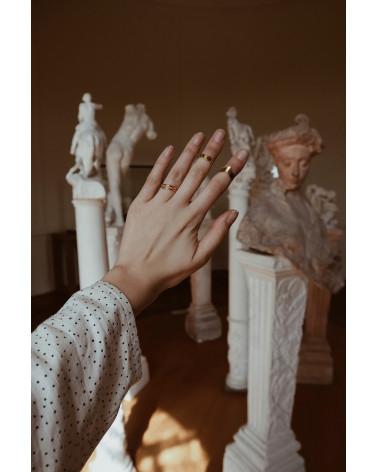 Złoty pierścionek ze strzałą