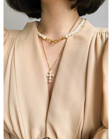 Złoty naszyjnik z krzyżem zdobionym perłami